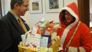 Kinder vom Mehrgenerationenhaus des ETC schenken dem Stadtrat Christian Müller einen Adventskalender.