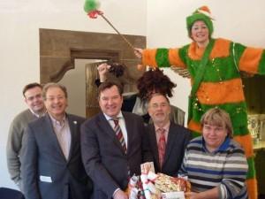 'Wir sind die Zukunft' überreicht der CSU-Stadtratsfraktion einen gebastelten Adventskalender.<br /><br />Von links nach rechts: Tobias Weiß, Marian Offmann, Josef Schmit, Dr. Georg Kronawitter und Beatrix Burkhardt.
