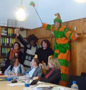 'Wir sind die Zukunft' überreicht der GRÜNEN-Stadtratsfraktion einen gebastelten Adventskalender.<br /><br />Neben Bengel und Engel stehen Gülseren Demirel und Jutta Koller, die jugendpolitischen Sprecherinnen.